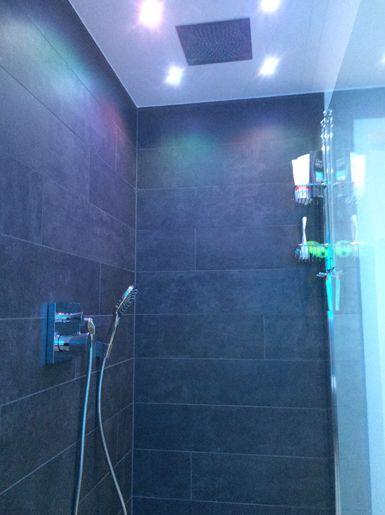Badkamer met gekleurde LED verlichting - Dagmar Buysse ...