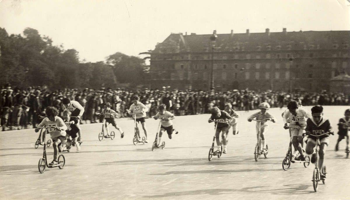 Een wedstrijd voor kinderen op autopeds/steppen in Parijs. 1928. Frankrijk