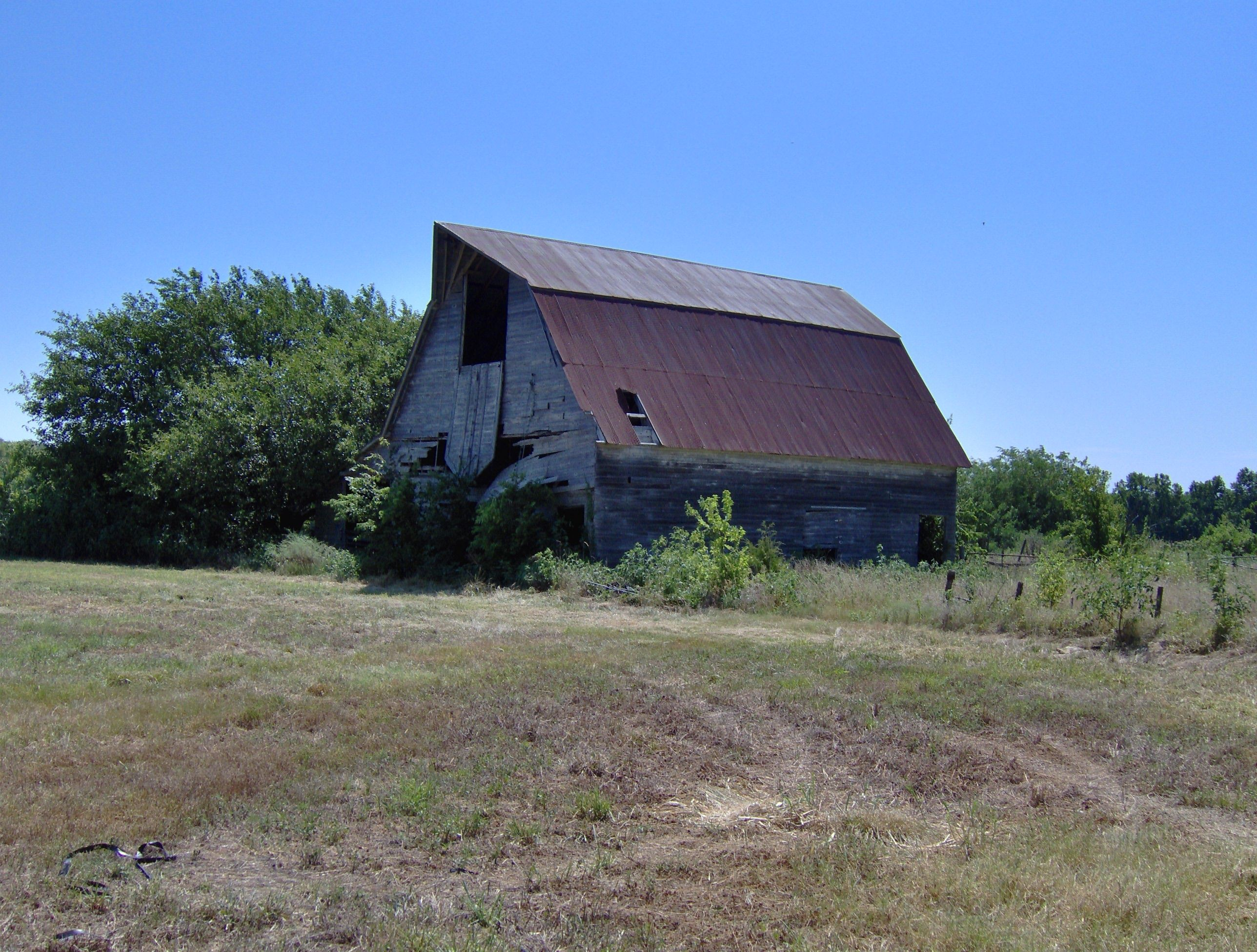Another country drive and came across this abandon barn of the past.