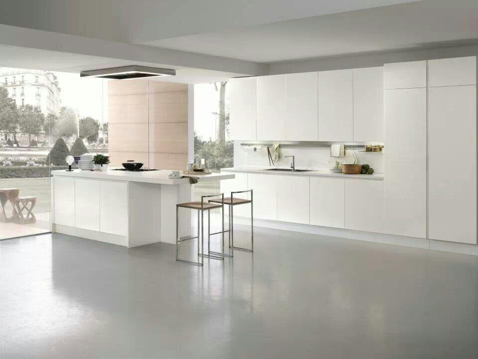 Cocina moderna en blanco absoluto y espectacular vista.