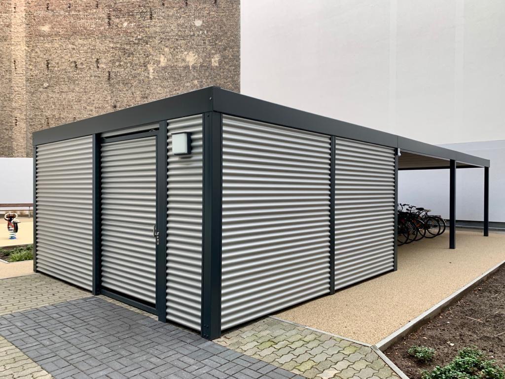 Typ Gerateraum Metall Mit Fahrradunterstand Ort Berlin Deutschland Material Stahlwelle Farbe Ral 7016 Anthra In 2020 Fahrrad Unterstand Unterstand Stahlcarport