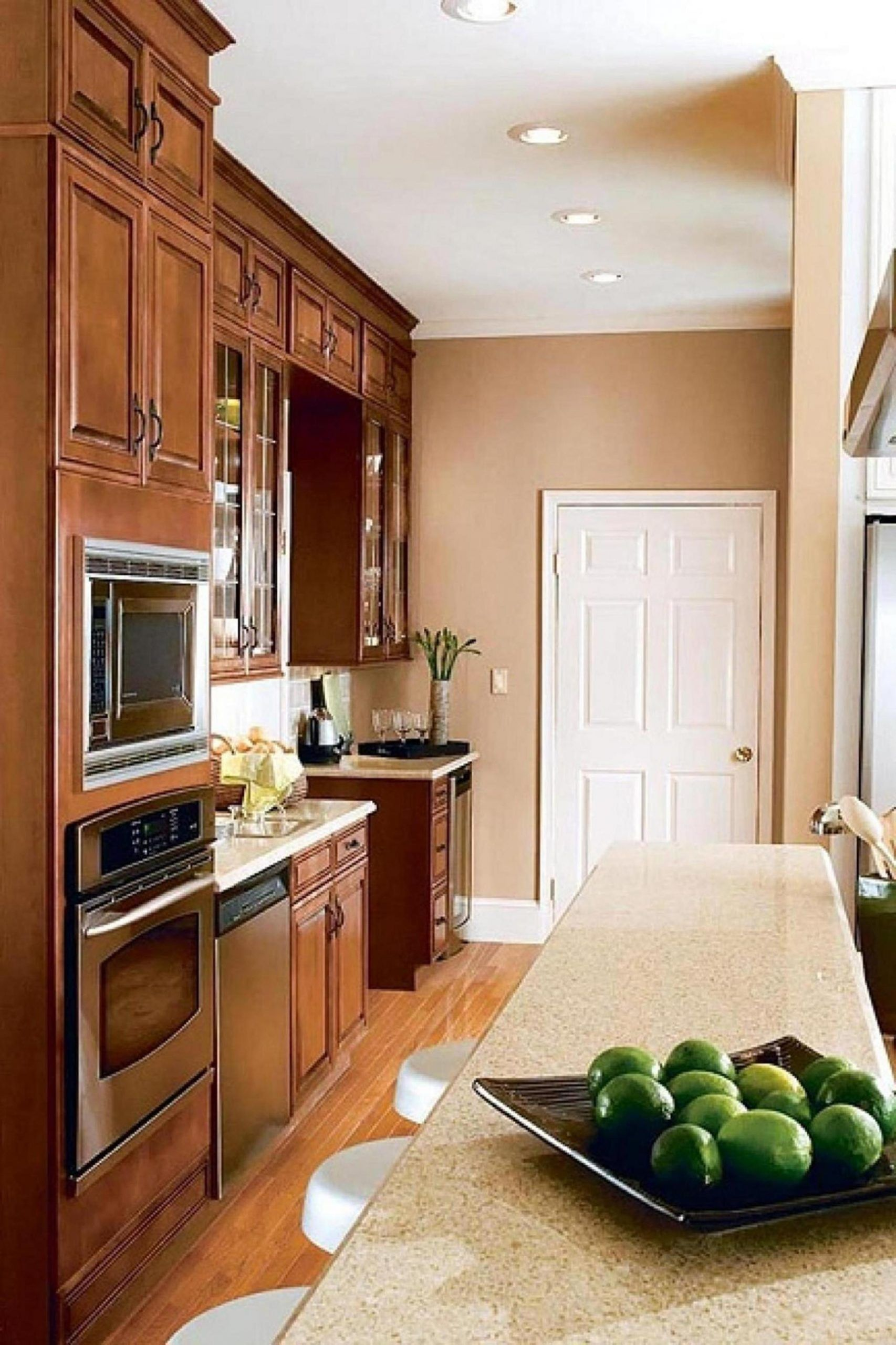 Yellow Kitchen Wall With Oak Cabinet Elegant 20 Perfect Kitchen Wall Colors With Oa In 2020 Kitchen Wall Colors Oak Kitchen Cabinets Wall Color Paint For Kitchen Walls