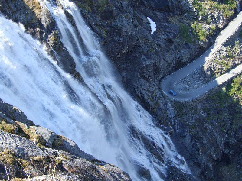 De waterval Stigfossen bij de Trollstigen, Noorwegen.