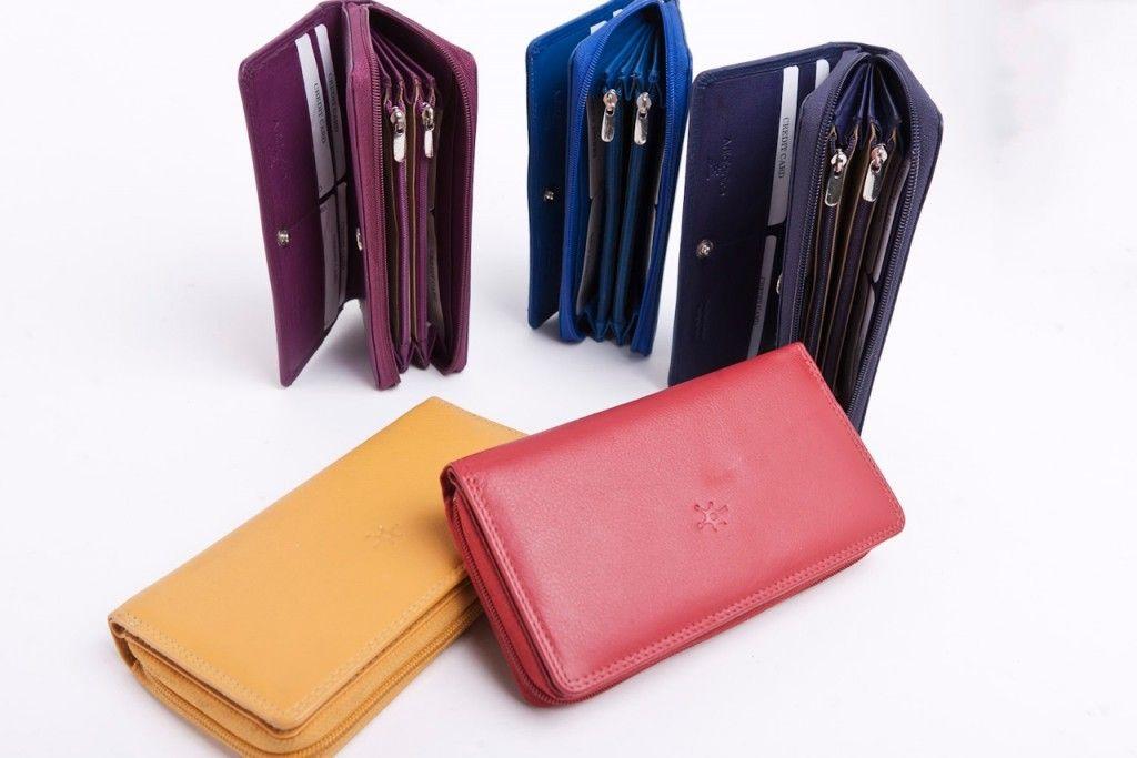 Alce - Il prodotto fa parte della nostra collezione di accessori in pelle per donna. E' dotato di doppia tasca interna e chiusura lampo, ampio spazio per le carte di credito e le banconote. #portafogli