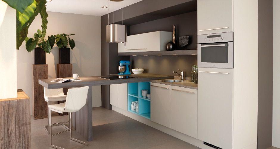 Bij deze moderne rechte keuken springt het contrasterende blauw ...