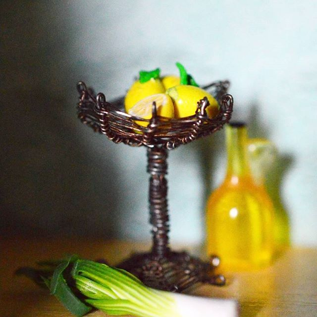 Väännä se rautalangasta 😂😊 Some kind of metalwork 😂 #pikkuisia #metallikori #metalbasket #dollshouse #dollhouseminiatures #nukkekoti #selfmade #handmade #fruitbasket #miniature #tinythings