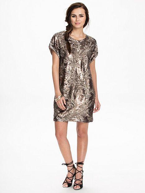 67a7bc9eead9 Stars Of Heaven Dress - Nly Icons - Guld - Festklänningar - Kläder - Kvinna  -