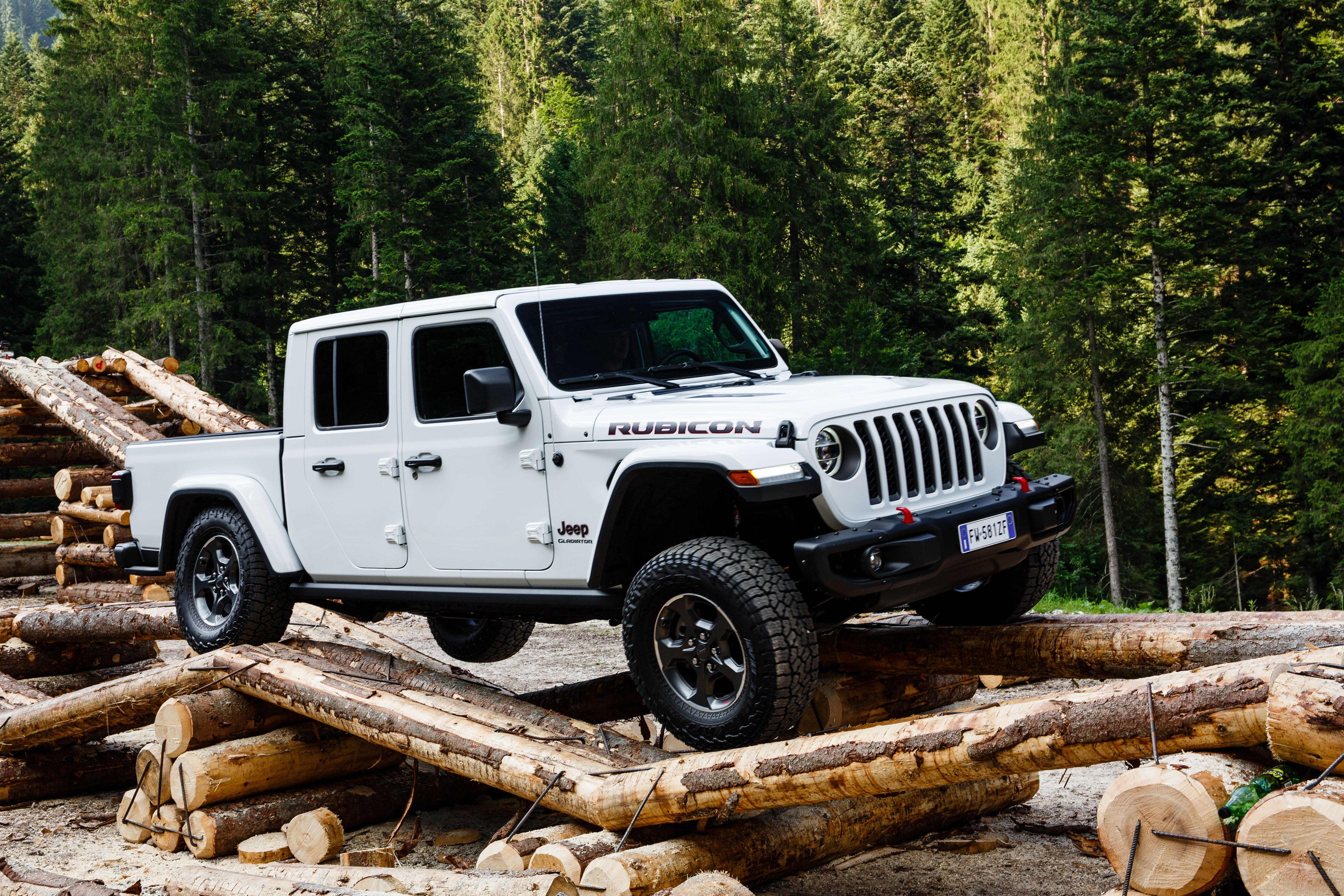 Can The Jeep Gladiator Hold Its Own Against A New Bronco Based Pickup Jeep Gladiator Jeep Jeep Cars