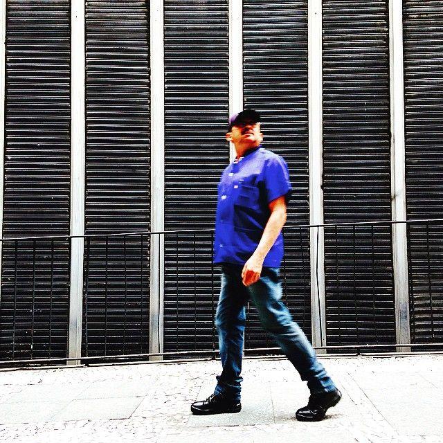"""""""URGENTE: achei uma pessoa andando sem ficar olhando o celular! =]"""""""