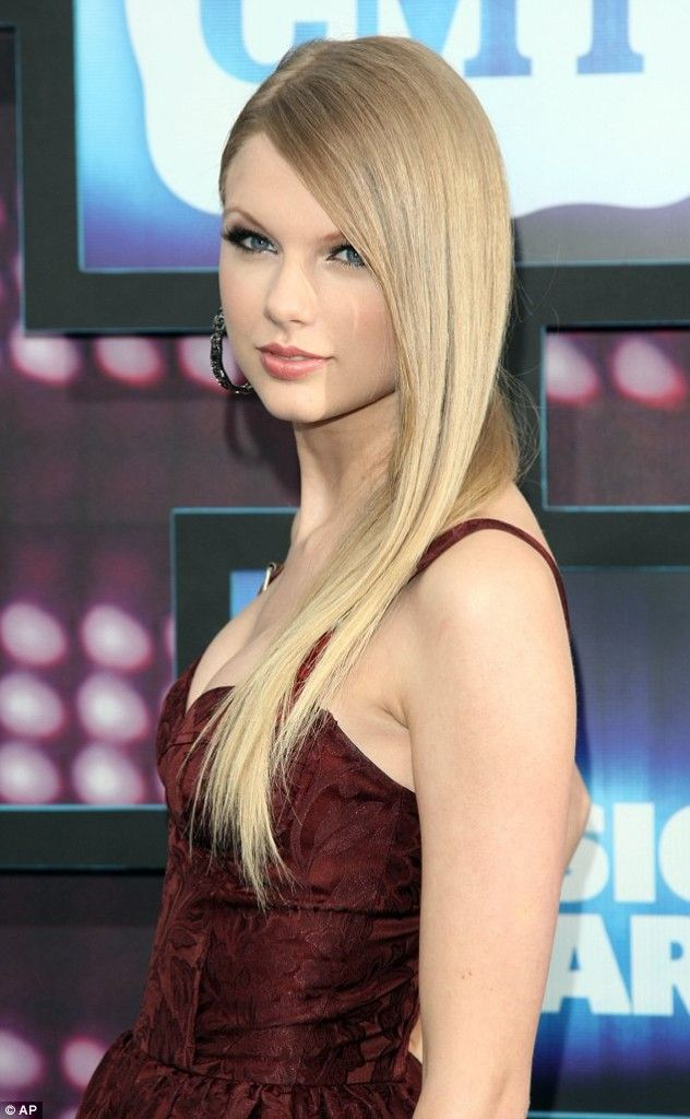 Winter Holidays Hairstyle Taylor Swift With Straight Hair Swift