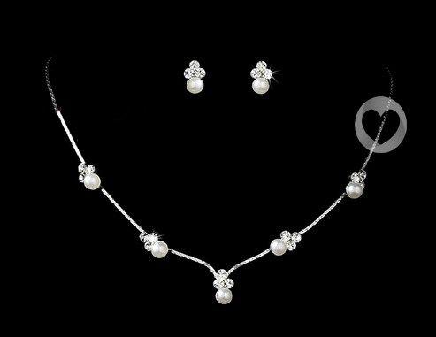 Verstelbare ketting met parels en kristallen, inclusief bijpassende oorbellen.