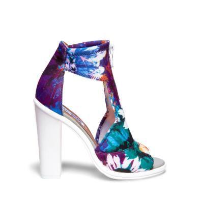 La rapera australiana ha diseñado una línea inspirada en los años 90: plataformas gruesas, sandalias de neopreno y acabados metalizados.