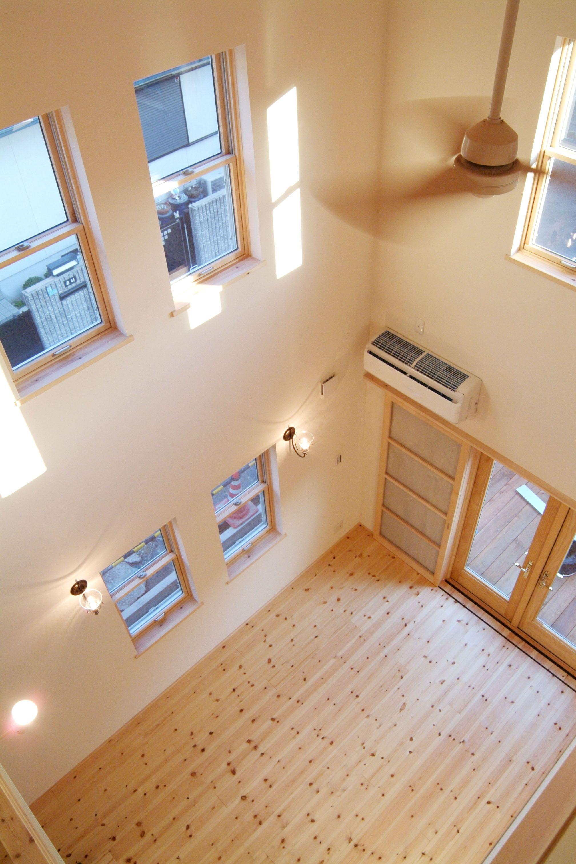 ロフトの小窓からリビング吹き抜けを見下ろす この住宅の壁紙には珪藻土を配合した珪藻土クロスを使用している