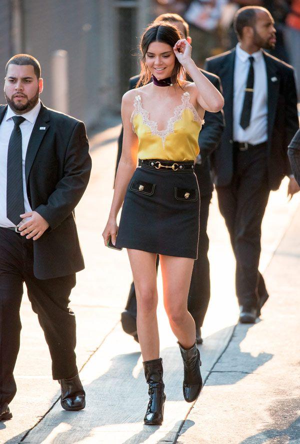 A blusa rendada amarela é o contraponto perfeito para a produção mais  pesada com saia preta e coturno da Kendall Jenner. bcb6a7077ee