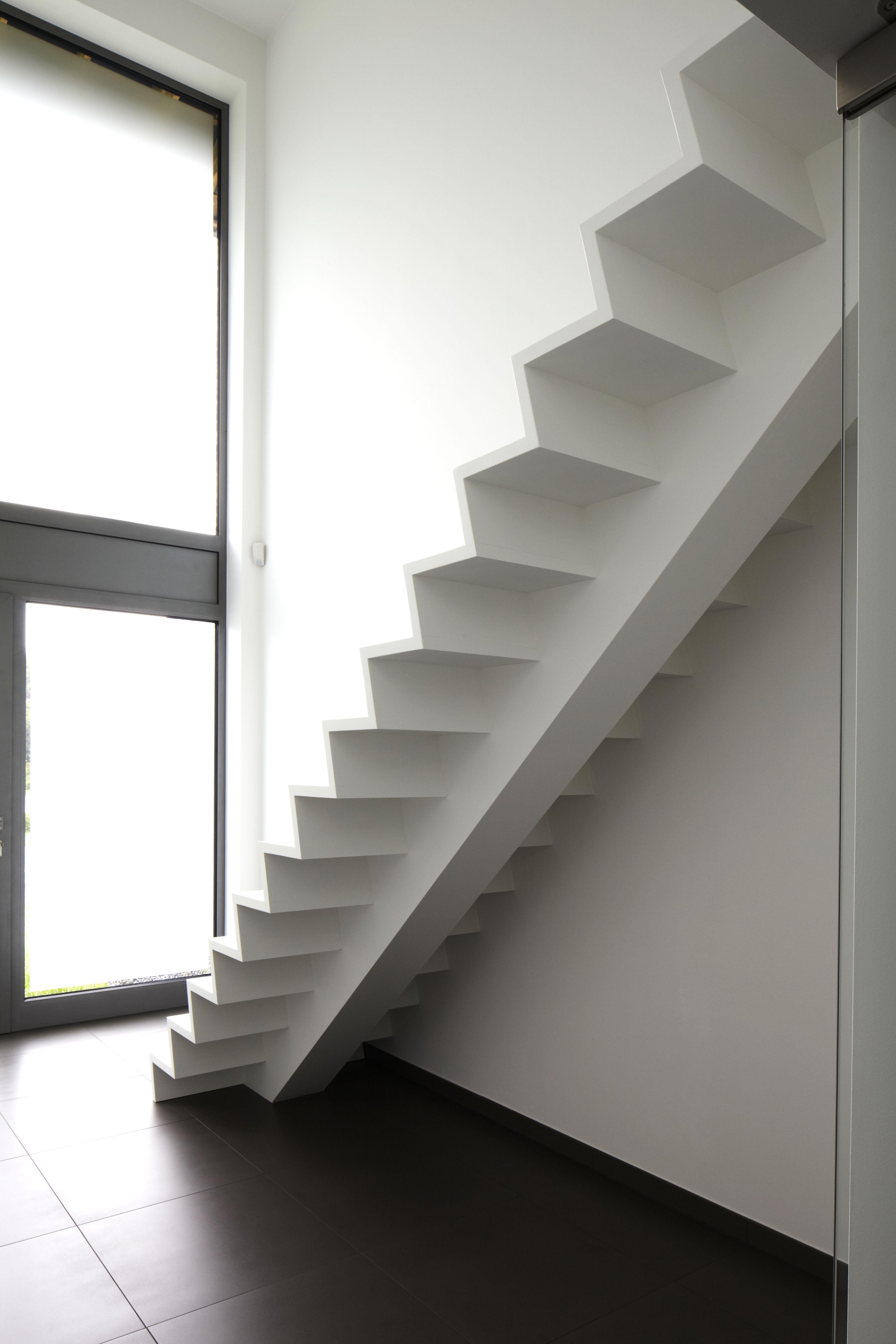 Een witte houten trap met centrale middenbalk witte moderne z trap pinterest interiors - Moderne houten trap ...