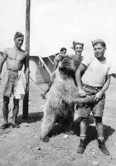 Wojtek with Polish soldiers of of the 22nd Company