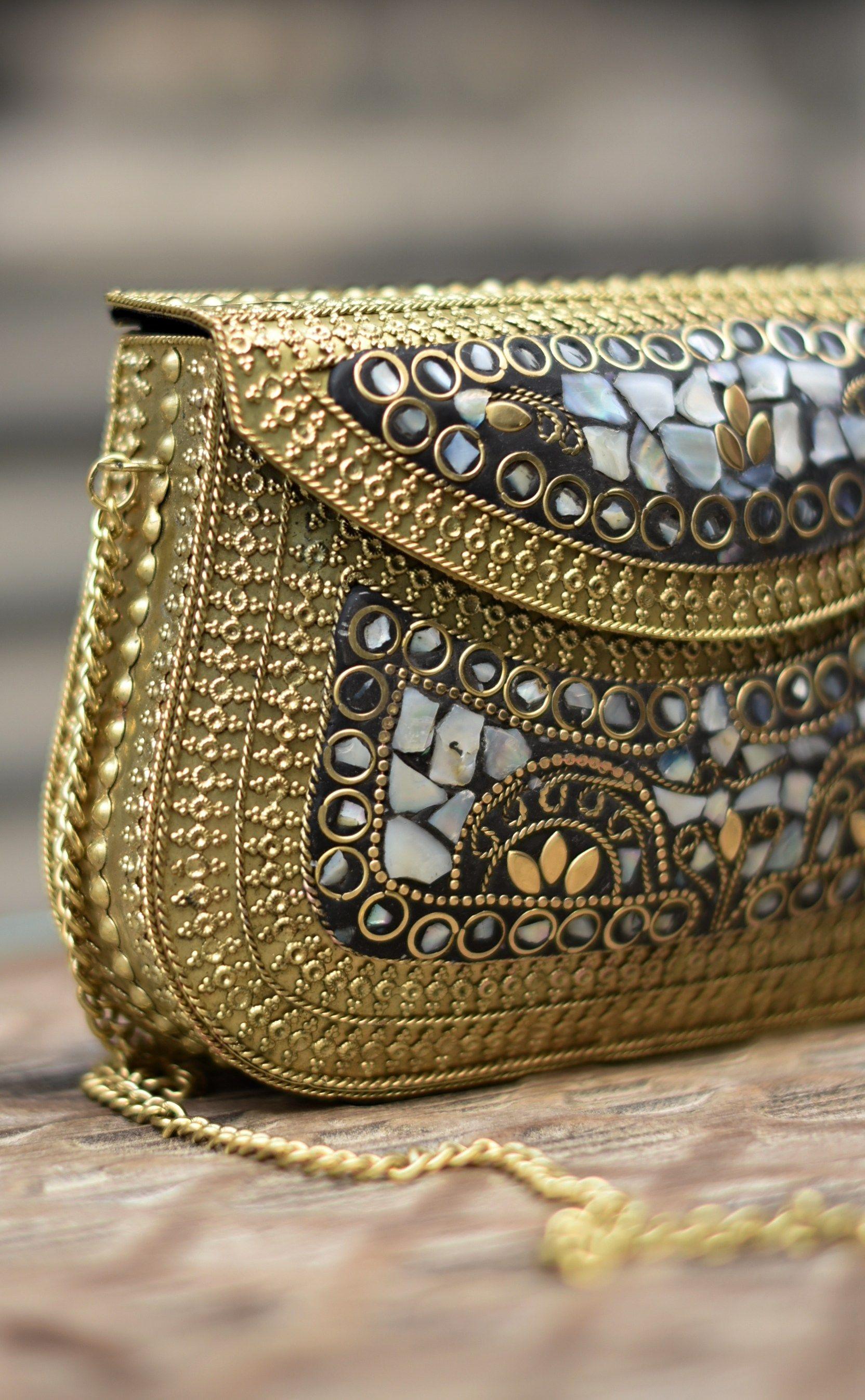 Bolso Metálico Mosaico Mediano Con Incrustaciones En Color Nácar Y Dorado Bolso Bolsos De Moda Bolsas Occidentales