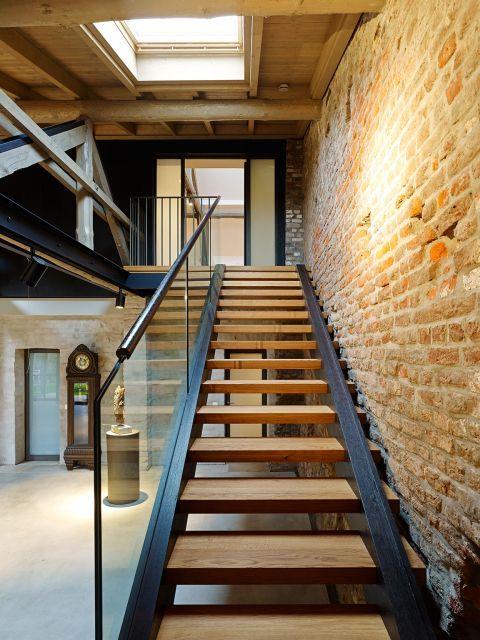 Treppe ins Büroloft in der Scheune - Umbau und Sanierung eines 4-Seit-Hofes mit Sonnenenergiekonzept 50+ - Architekturobjekte