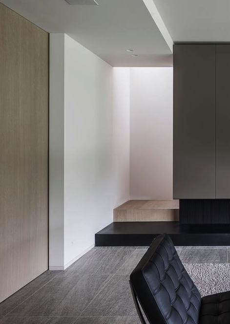 Sleek interior design barcelona chair mies van der rohe - La residence lassus par schlesinger associates ...