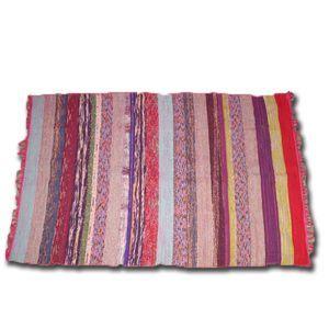 Tapis Coton 100 % recyclé Ce tapis artisanal en coton recyclé est fait-main. Tissé sur une trame de coton et utilisant des morceaux de tissus de récupération. Les couleurs éclatantes sont composées de Bleu indigo, fuchsia, turquoise, vert, noir... Très agréable au toucher, il apportera une touche chaleureuse à votre interieur. Dimensions: 110x170 cm