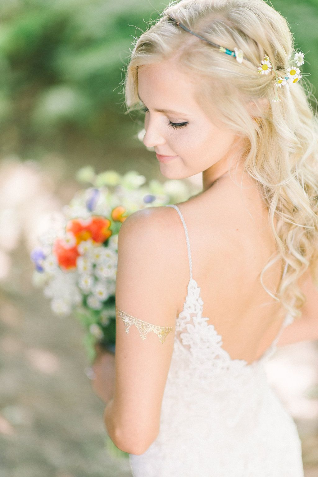 Love Was In The Air At This Dreamy Bohemian Chic Outdoor Wedding Bridal Photography Poses Bridal Portrait Poses Bridal Poses