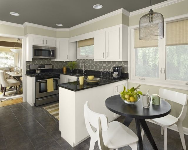 Küche klassisch graue Decke helle Wandstreifen weiß malerei - wand streifen