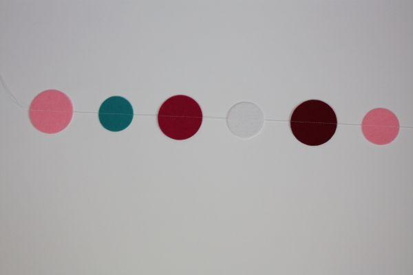 DIY Hier eine Anleitung für eine Punkte-Girlande, als Tischdeko, Wanddeko etc.