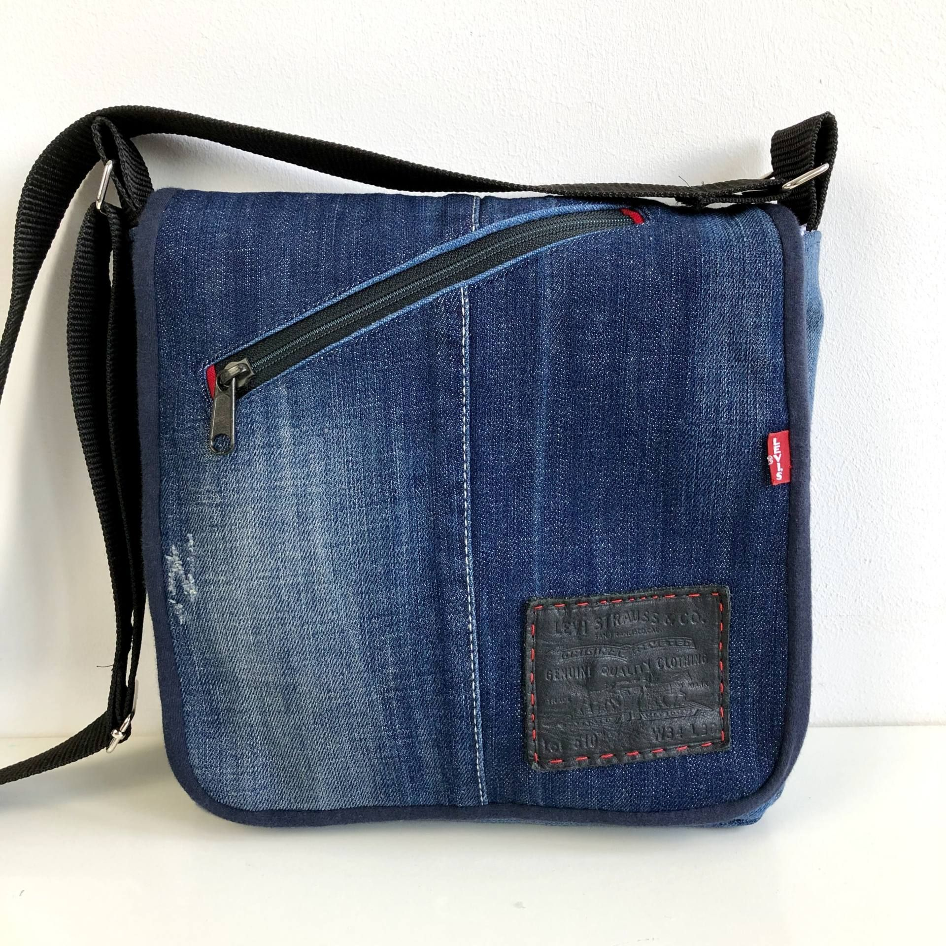 Sew a professional bag with this free messenger bag