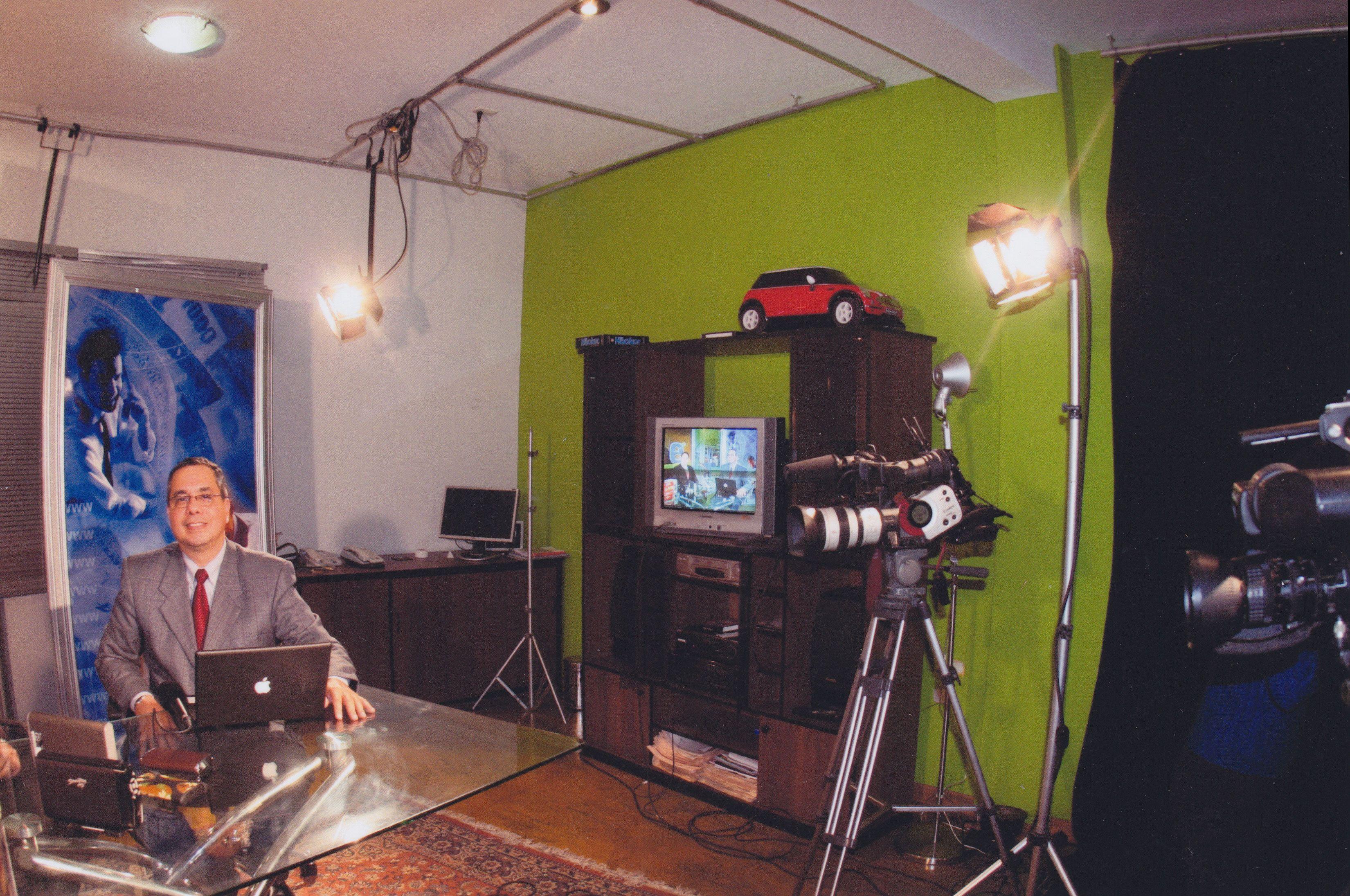 """En el set de TV del programa """"MundoTECH"""" de Alejandro Chang"""