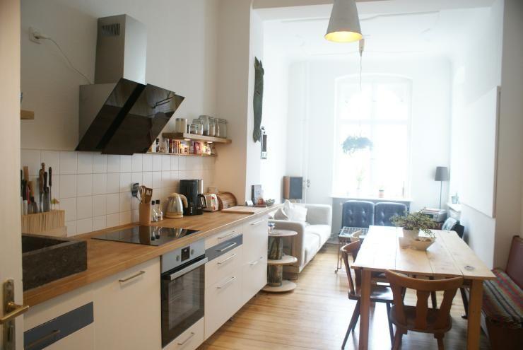 Gemütliche Küchen-Einrichtungsidee: Küchenzeile, hölzerner Esstisch ...
