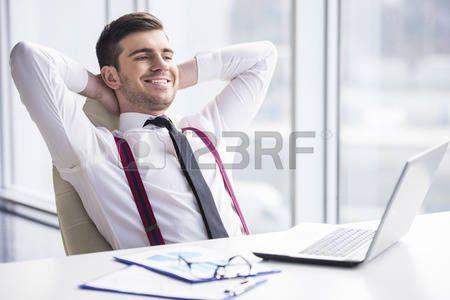 relax  Un temps pour se détendre. Jeune, homme d affaires heureux est  relaxant dans son bureau. Banque d images 842e8ce3f30
