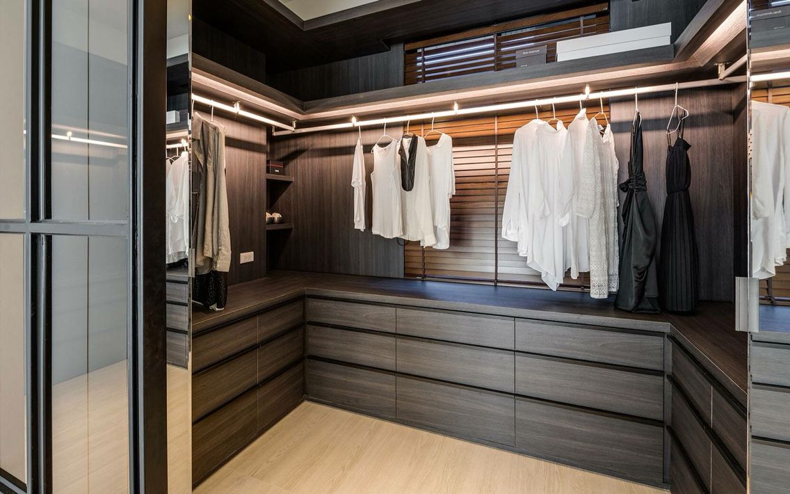 Simple modern neat and nice walk in closet kast