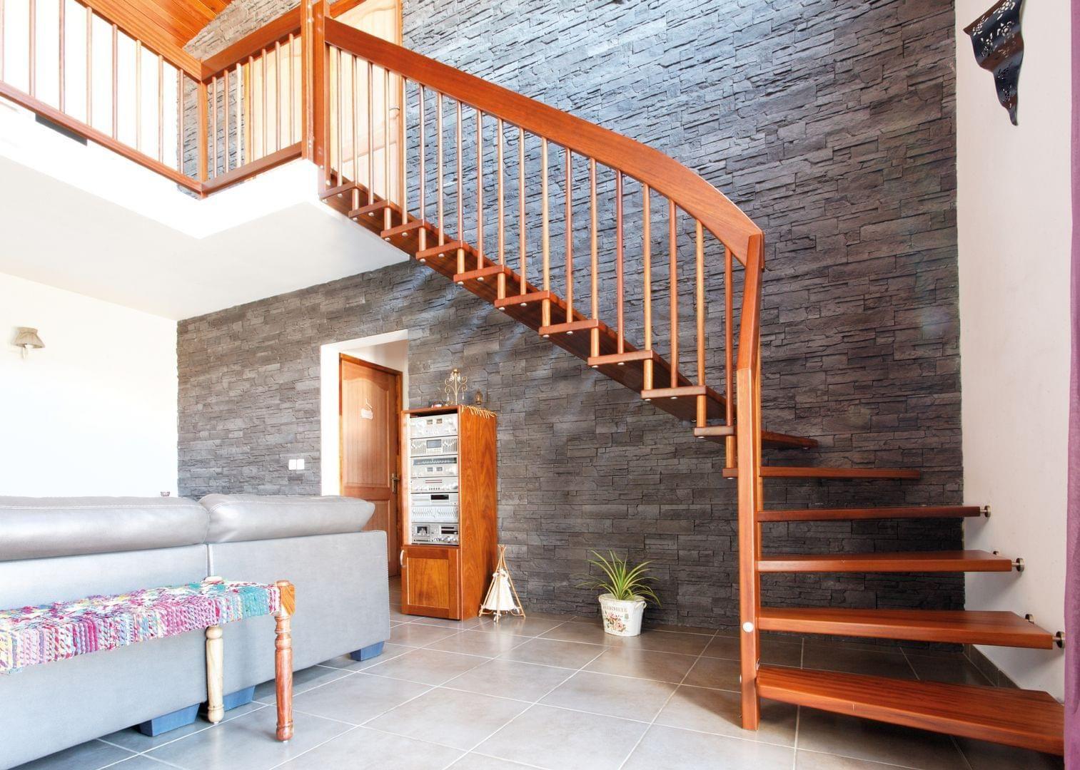 Handlauftragende Treppe in schlichter Form mit runden Geländerstäben ...