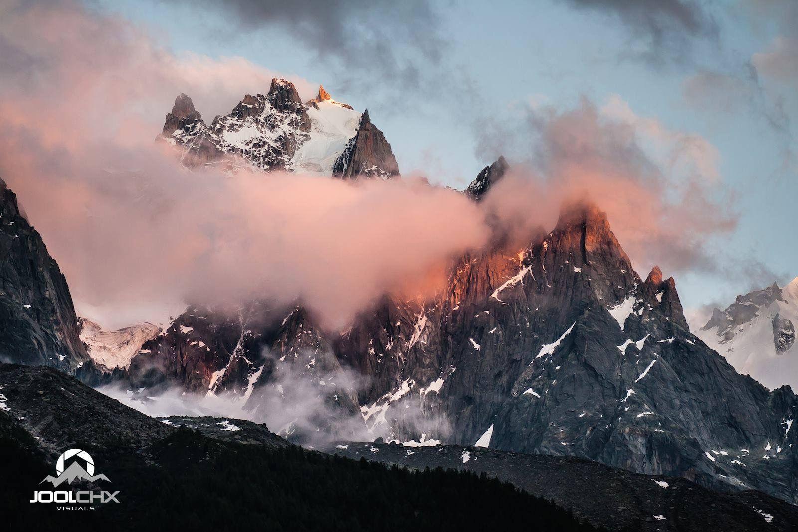 Coucher de soleil sur les Aiguilles de Chamonix.