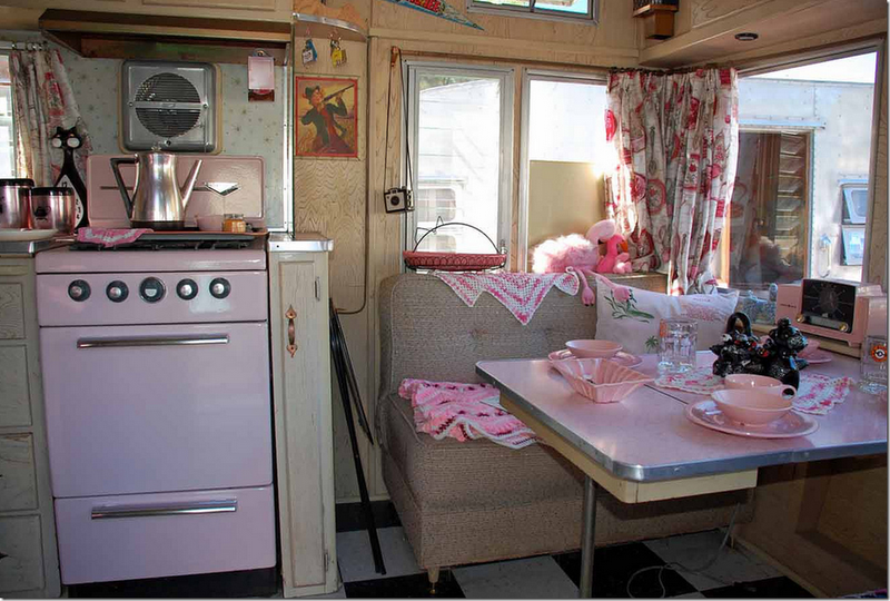 I love this pink stove!!! I'll take one in my house.  : )