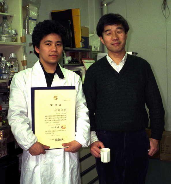 大学院時代は,東京大学医科学研究所制癌研究部の山本雅教授に師事し,がん遺伝子の研究に携わっていました.私のベンチ(実験台)の前での写真です(1991年3月29日).