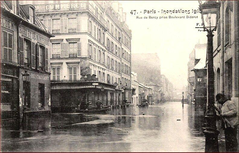 La Rue De Bercy Vue Depuis Le Boulevard Diderot Lors Des Inondations De Fin Janvier 1910 Paris 12eme Rue De Bercy Paris Paris Photo