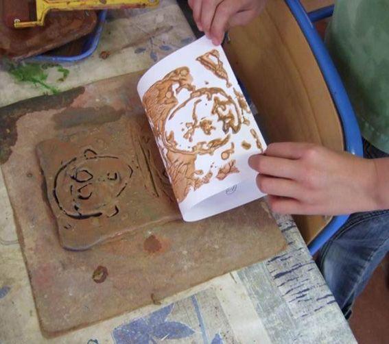 Une Pratique Un Outil Monotype Sur Plaque D Argile Coop Icem Argile Poterie Enfant Peinture Argile