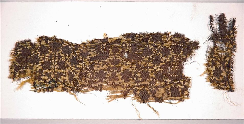 Seidengewebefragment Lucca, Italien, 14. Jahrhundert Kunstgewerbemuseum Material und Technik Seide; Lampas,(Diasper) lanciert Maße 6,0 x 19,0 cm (unregelmäßig)