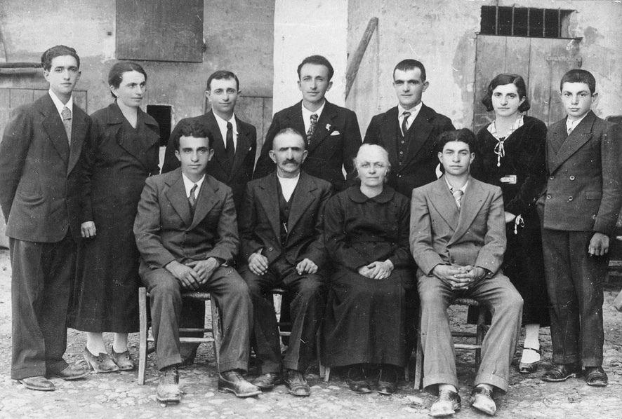 Famiglia Cervi - I 7 fratelli Cervi, Gelindo, (1901) Antenore (1906) Aldo (1909) Ferdinando (1911) Agostino (1916) Ovidio (1918) Ettore (1921), erano i figli di Alcide Cervi e di Genoeffa Cocconi ed appartenevano ad una famiglia di contadini con radicati sentimenti antifascisti. Dotati di forti convincimenti democratici, presero attivamente parte alla Resistenza e presi prigionieri, furono fucilati dai fascisti il 28.12.1943 nel poligono di tiro di Reggio Emilia. #TuscanyAgriturismoGiratola