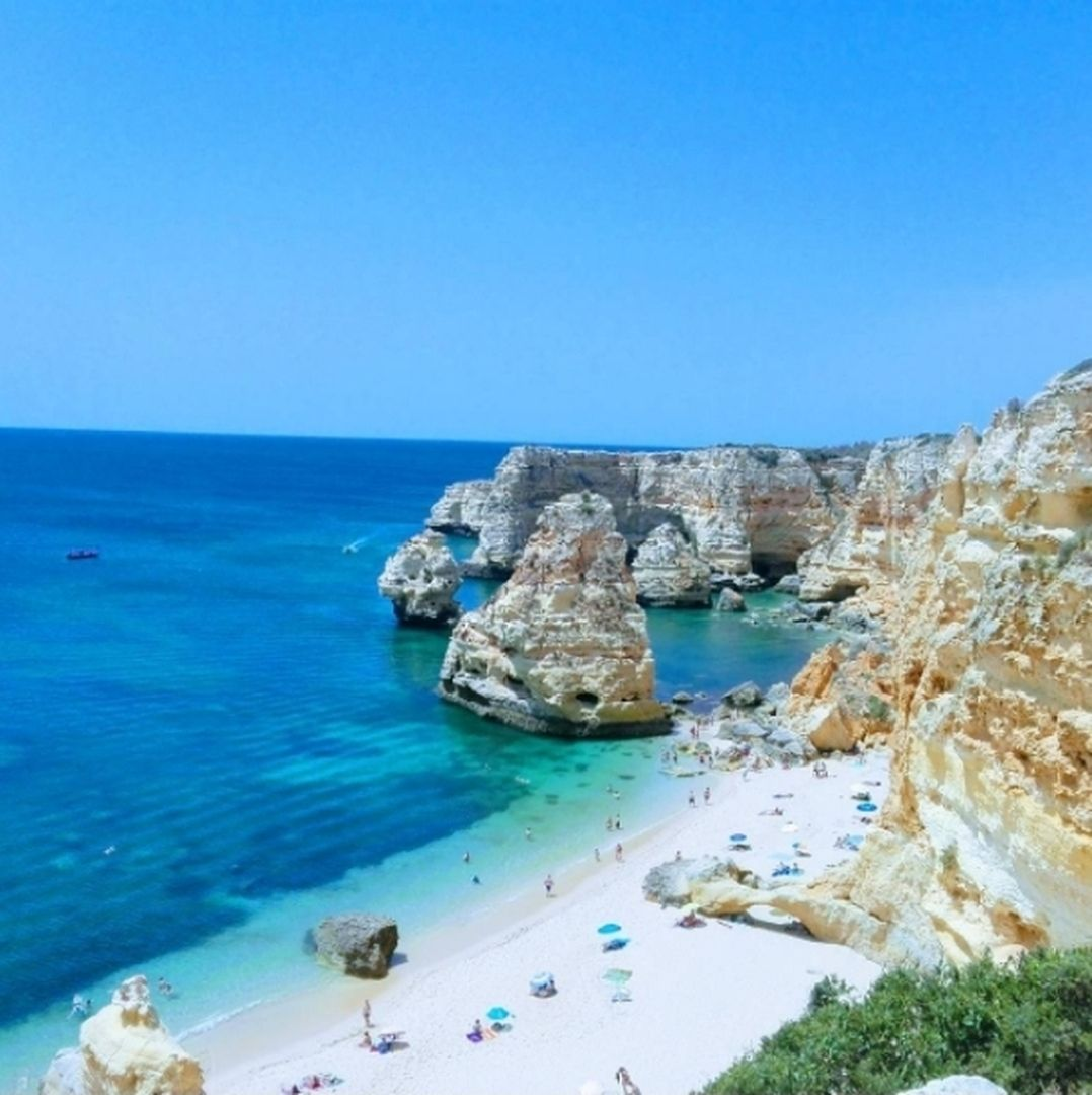 """2,558 Me gusta, 50 comentarios - Lovely Streets (@lovelystreetsofficial) en Instagram: """"La Praia da Marinha es una de las más bonitas y emblemáticas del Algarve portugués, todo gracias a…"""""""