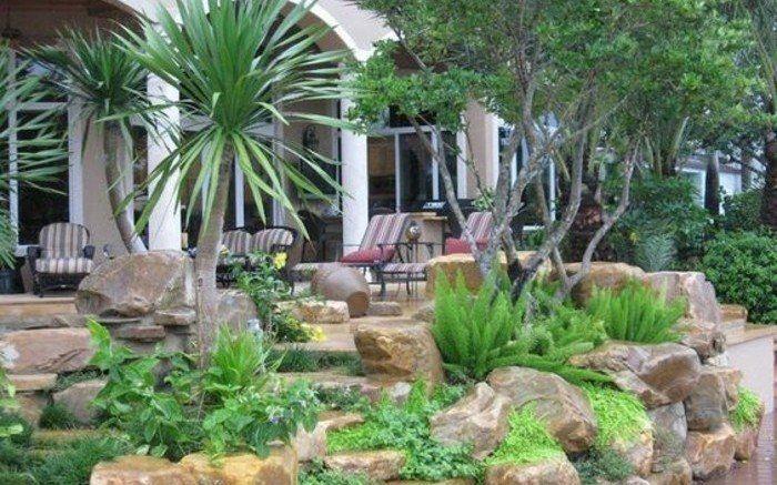 un coin d tente naturel et exotique arbustes verts et palmiers grosse pierre decoration jardin. Black Bedroom Furniture Sets. Home Design Ideas
