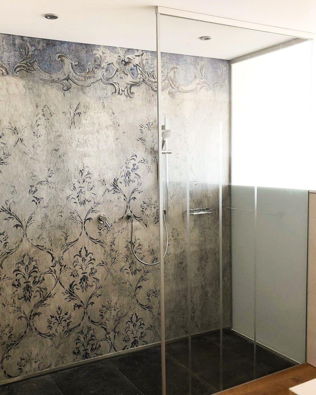 Moderne Walk In Dusche Mit Satinierten Mit Siebdruck Bedruckten Und Geklebten Scheiben Ohne Beschlage Interesse In 2020 Glasduschen Duschabtrennung Duschkabine Glas