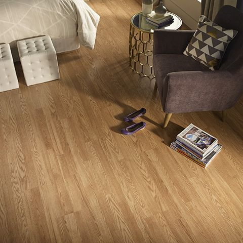 With Smooth Panel Transitions And Subtle Shading Pergo S Natural Oak Laminate Floor Adds Balance To