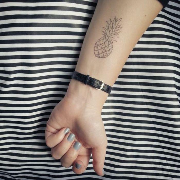 Armbanduhr am arm frau  tattoo schulter frau ananas dezentes minitattoo armbanduhr leder ...