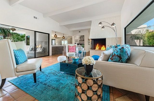 Türkis Blauer Teppich Weiße Möbel Mit Wand