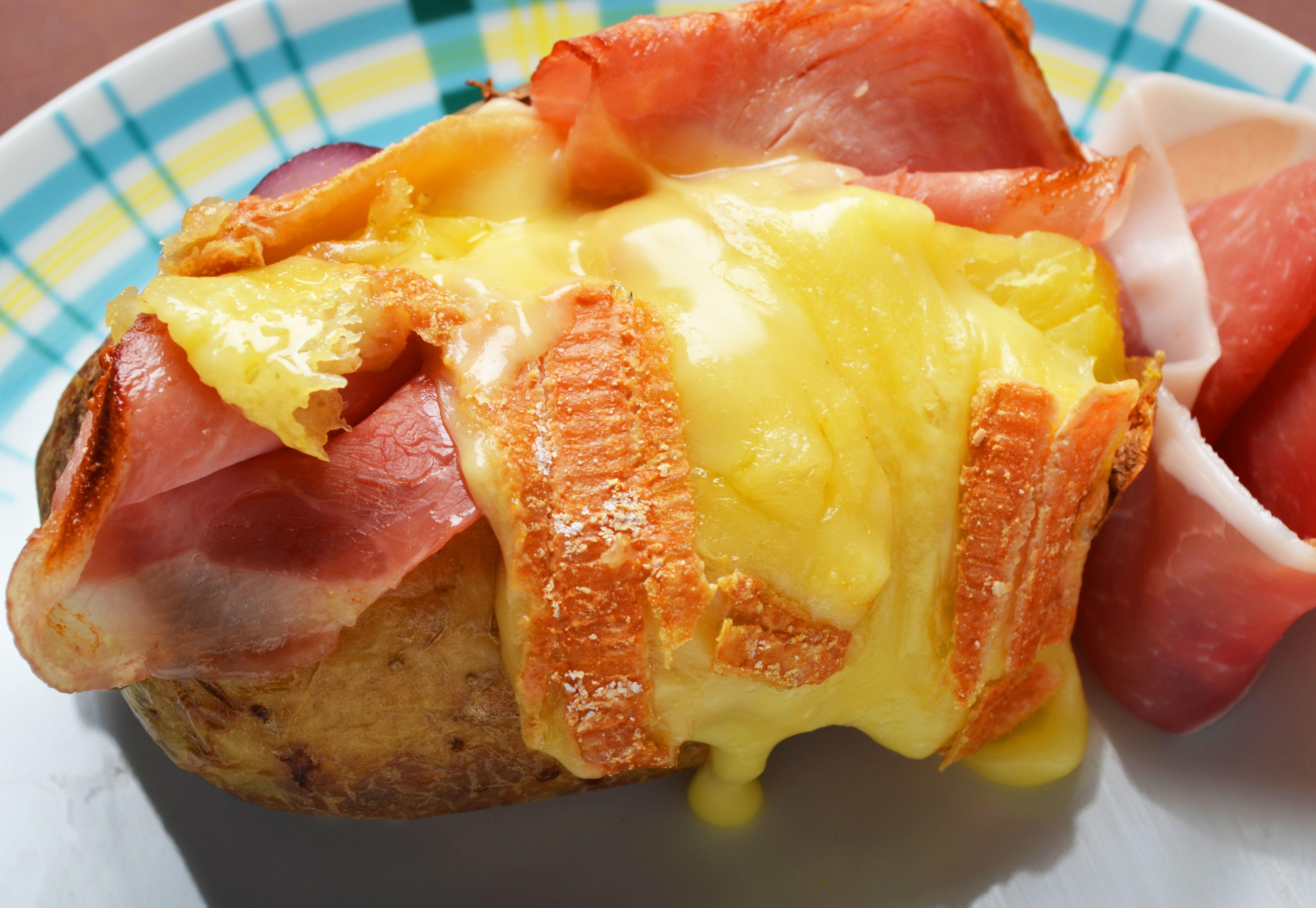 La Ch'ti : Pomme de terre cuite au four, Maroilles fondu gratiné jambon cru, jambon cuit, sauce ...