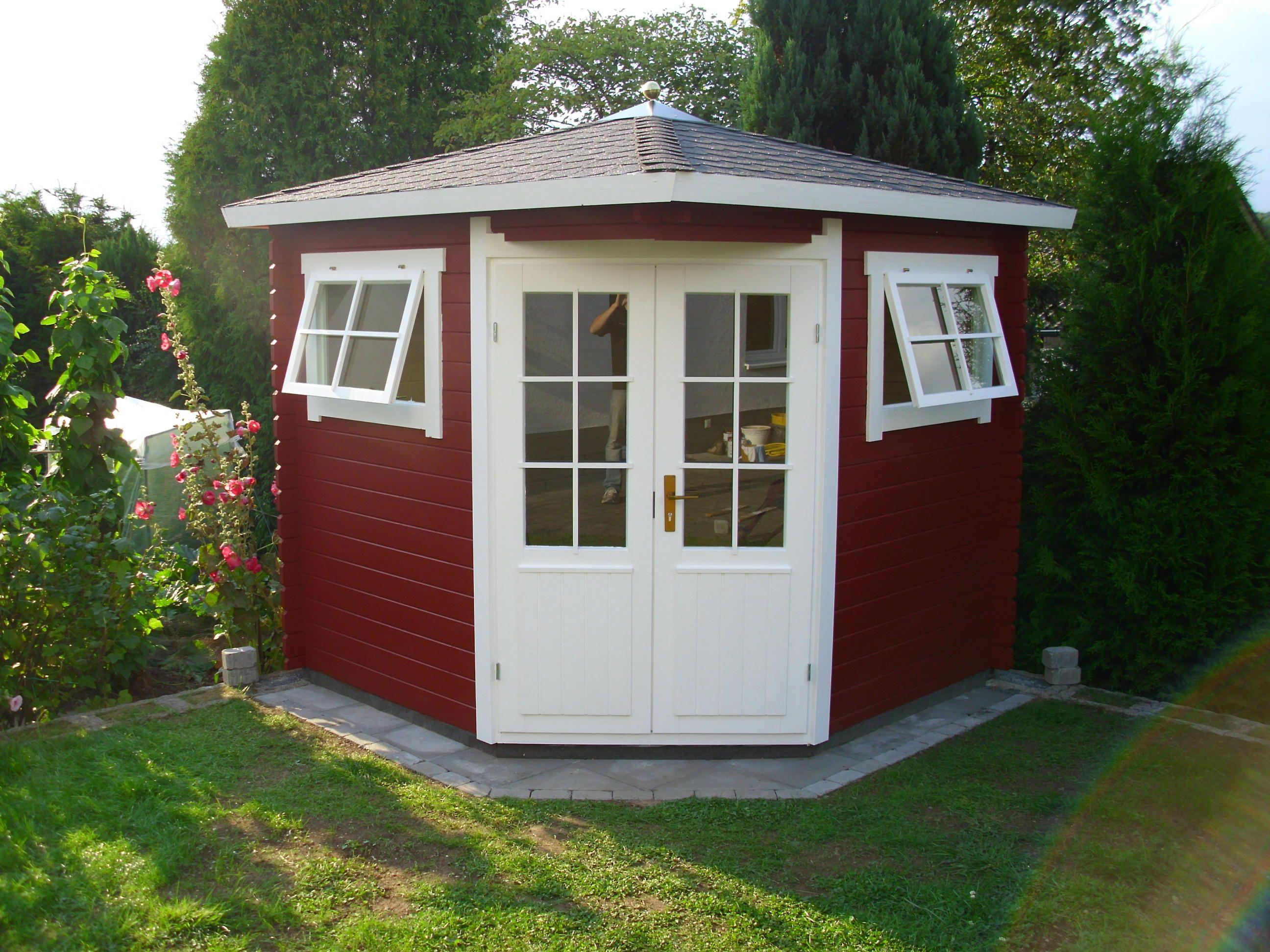 Das schwedenrote 5EckGartenhaus passt sich ideal in eine