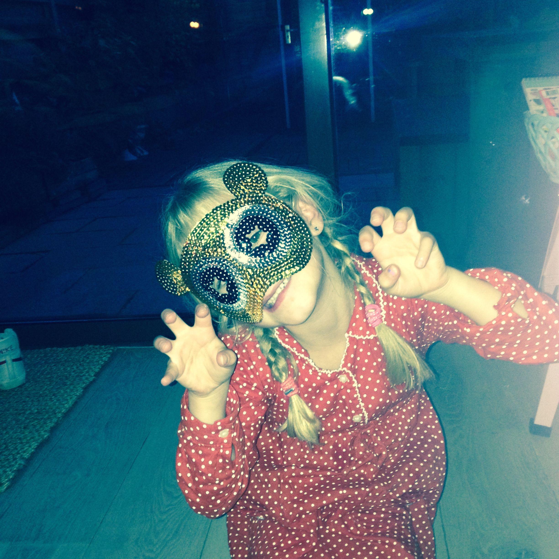 Lief klein Beertje....Love the glitter masks