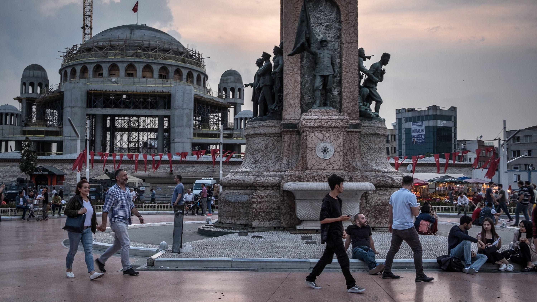 In Istanbul Erdogan Remakes Taksim Square A Symbol Of Secular Turkey Gece Kulubu Gece